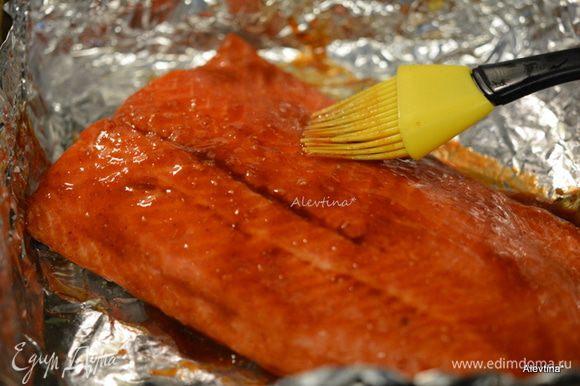 Смазать смешанным соусом рыбу, выложить на противень. Готовим на гриле или в духовке до готовности 20-25 минут.
