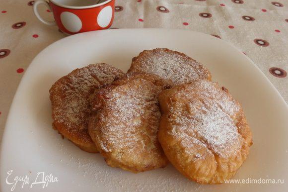 Выложить оладьи из яблок на салфетку, чтобы убрать лишнее масло, присыпать сахарной пудрой и срочно пить кофе или чай.