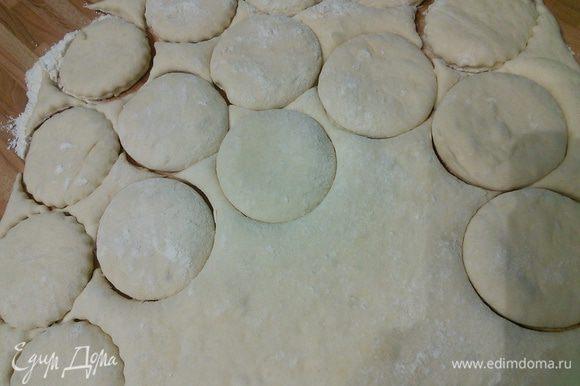 На посыпанной мукой поверхности раскатайте тесто в пласт толщиной около 5 мм. При помощи формочки выдавить кружки. Я очевидно использовала формочки размером больше, чем нужно. У меня поэтому получились булочки довольно крупными.