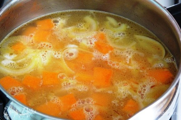 Залить овощи кипятком и бульоном и варить 15 минут.