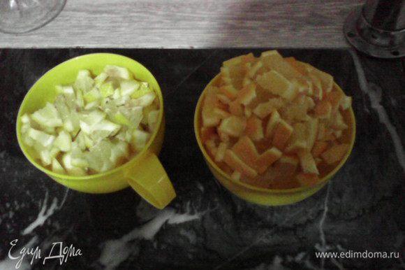 Апельсины и лимоны также нарезать кубиками вместе с цедрой (не очищая).