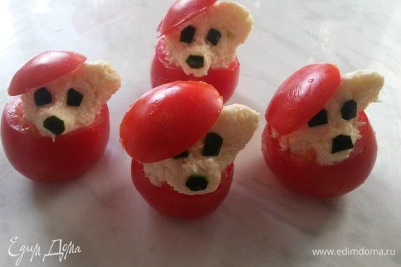 Наполнить помидоры сырной массой. Я решила украсить всем известную закуску и оформила ее в виде мишек.