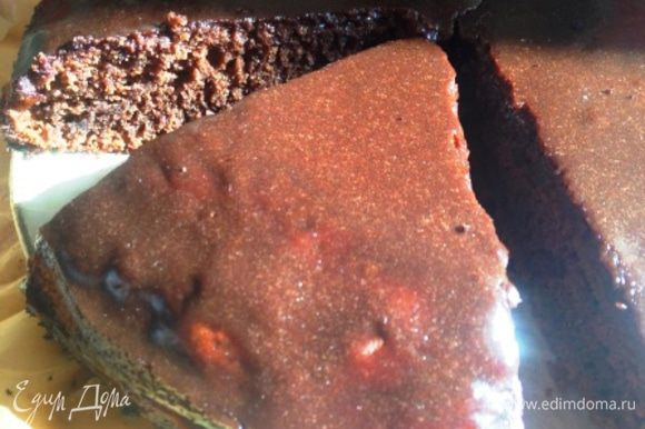 Вылить тесто в смазанную маслом форму 24 см и выпекать в разогретой до 180 духовке до готовности. Горячий пирог залить отложенной половиной шоколадной смеси.
