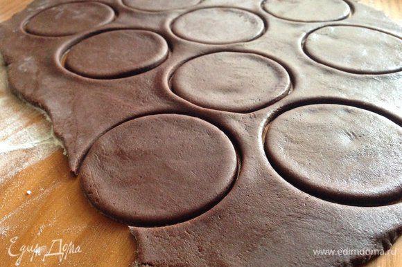 Разделить тесто на две части и раскатать каждую в пласт толщиной 3 мм, вырезать кружочки.