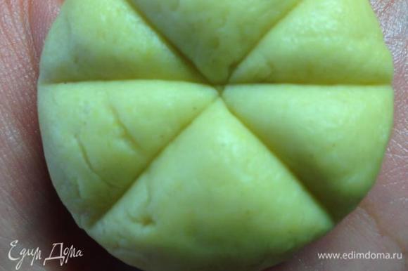 Тесто разделить на шарики размером немного больше грецкого ореха (я делила на 10 частей). Тупой стороной ножа, слегка надавливая, разделить шарик на 6 частей.