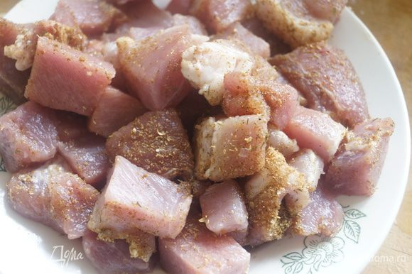 Мясо нарезать не очень крупными кусочками и обвалять в приправе, накрыть пищевой пленкой, оставить на 40-45 минут.