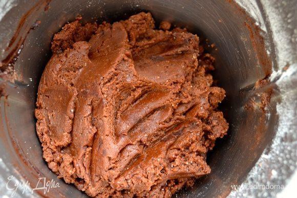 Растопите сливочное масло и слегка остудите. Добавьте растопленное масло и яйца. Включите миксер и приготовьте тесто. Весь процесс можно проделать вручную... Просеять в миску муку и какао, добавить остальные сухие ингредиенты, масло и молоко и быстро замесить руками тесто. Оно получается очень эластичное и приятное.
