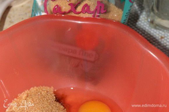 Для теста взбить яйца с сахаром до пышной массы. Затем добавить соль, ванильный сахар, разрыхлитель и просеянную муку. Взбить еще раз миксером в течении 2-3 мин.
