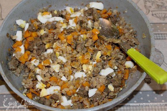 Два мелконарезаных сваренных яйца добавить в начинку.