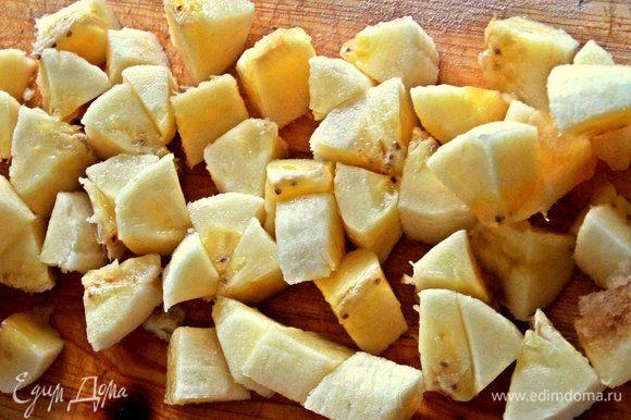 Оставшиеся кружочки банана мельчим.