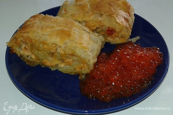Рулет получается сочным за счет помидор. Приятного аппетита! Пример подачи готового блюда на фото.