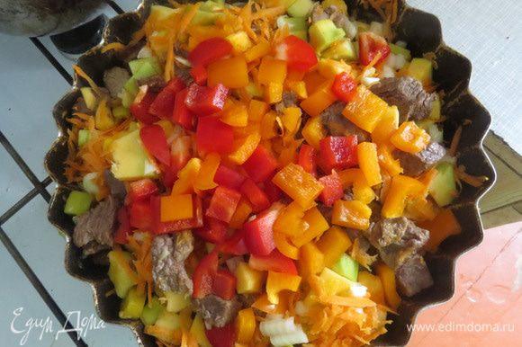 Нарезать мясо небольшими кусочками выложить на сковороду и дать немного поджариться. В это время выложить к мясу тыкву, лук, морковь, перец и соль.