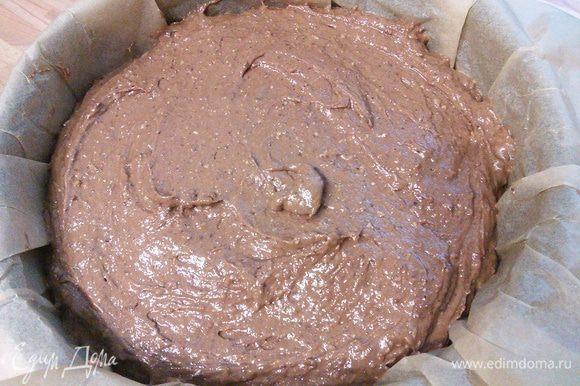 Тесто выложите в форму, разровняйте, выпекайте приблизительно 35-40 минут до сухой палочки.
