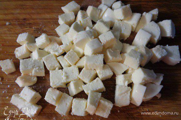 Слить жидкость с моцарелkы. Порезать сыр кубиком.
