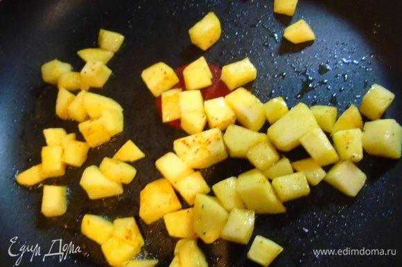 Пока суп вариться, яблоки очищаем, нарезаем кубиками и обжариваем на небольшом количестве масла, присыпав солью, перцем и карри. Яблоки должны стать золотистыми.