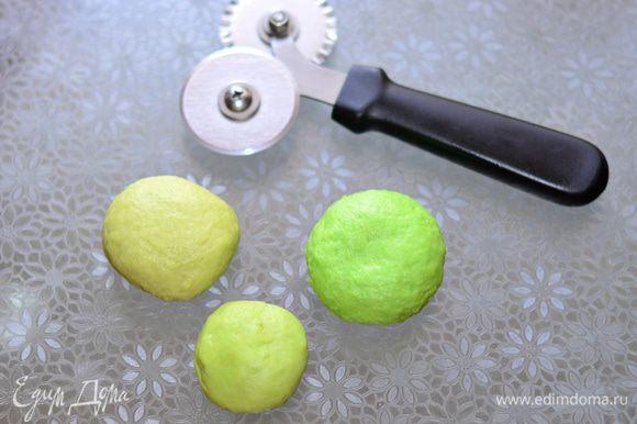 За 15 минут до готовности пирога начнем делать украшения. Остатки теста разделить на 3 части. Добавить в них зеленый пищевой краситель (по желанию). Количество красителя подбираем так, чтобы цвет каждой части был разным по насыщенности.
