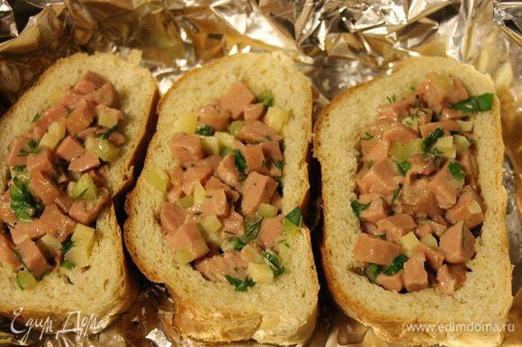 Форму для выпечки застелить фольгой, смазать 1 ст. л. растительного масла, выложить кусочки хлеба и разложить в них начинку.