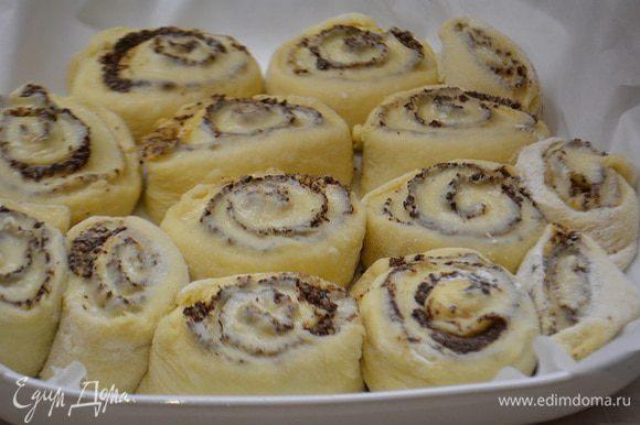 Выложить в форму, выстланной пекарской бумагой и оставить на столе для расстойки еще на 30 минут.