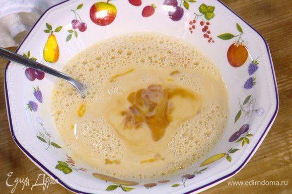 Яйца разбить в глубокую посуду, влить молоко, 1 1/2 ст. ложки кленового сиропа, ванильный экстракт, посолить и все перемешать.