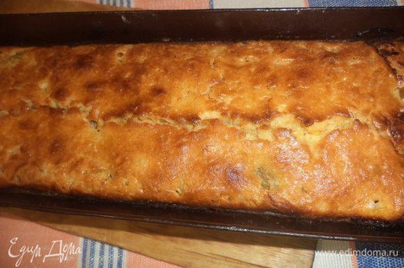 Дать кексу остыть, затем вынуть из формы и посыпать сахарной пудрой.