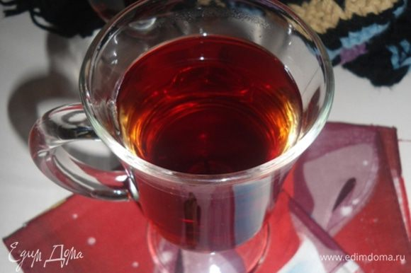 Оставить настояться на 5 минут и сразу разлить по чашкам. Пить горячим или теплым!