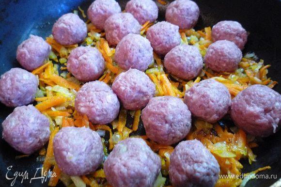 Лук и морковь перемешать, положить сверху фрикадельки и жарить в течении 20 минут, периодически помешивая.
