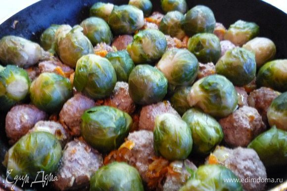 Капусту вынуть из воды и выложить ее в сковороду с овощами и фрикадельками. Все перемешать и жарить еще 5-10 минут до готовности.
