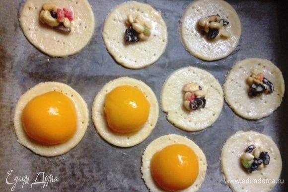 Наколоть вилкой и смазать слегка взбитым белком. В середину каждого круга выложить начинку и накрыть половиной персика.
