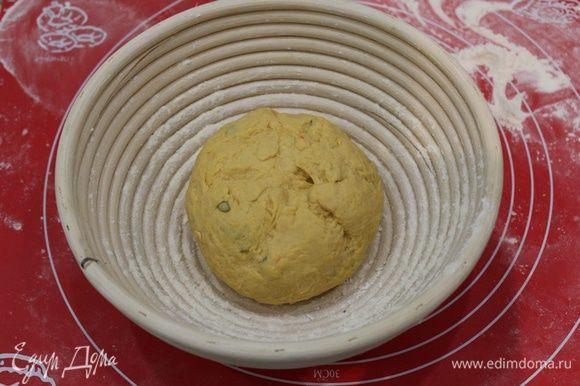 Выложить тесто в корзину, либо сформируйте шар, выложите его сразу на противень, смазанный маслом. Накройте пищевой пленкой. Поставьте в теплое место на 50-60 минут.