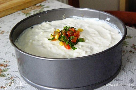 """Верх """"торта"""" украшаем оставшимися овощами и зеленью. Убираем борта и подаем к столу!"""