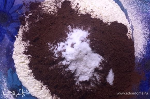 В миске смешать вместе просеянную муку, какао-порошок, соль и соду.