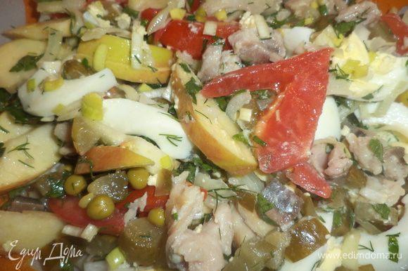 Все подготовленные продукты соединить в салатнике, добавить зелёный горошек, посолить и заправить растительным маслом.