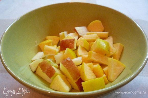 Яблоки нарезать дольками или кубиками.