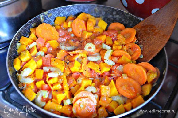 На оливковом масле слегка подрумяньте лук, добавьте нарезанную кружочками оставшуюся часть моркови, обжаривайте ещё 2 мин. Затем в сковороду добавите тыкву, нарезанный второй стебель сельдерея, помидоры. Посолите и поперчите овощи, добавьте щепотку орегано и тушите 10 миутн. В процеженный бульон добавьте овощи и варите в течение 20 минут.