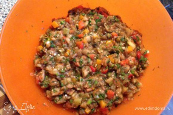 И вот все ингредиенты у нас в одной посуде остается добавить соли (каменная, не йодированная) и молотого перца (я пользуюсь смесью трех перцев – очень ароматно) — добавляем все по вкусу. Соль добавляйте постепенно, дожидайтесь пока она растворится, помешивайте до однородной массы, хотя в данном блюде лучше немного пересолить, чем недосолить — проверено! Даем немного настояться 5-10 минут, пусть запахи и вкус каждого продукта дополнят друг друга.