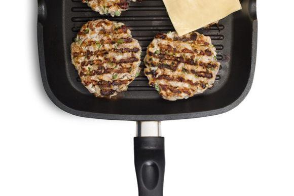 Чтобы чизбургер был более сырным можно на одну сторону котлетки, после переворачивания, выложить ломтик сыра.