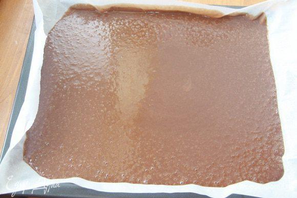 Тесто вылить на противень, покрытый пекарской бумагой. Выпекать при 180°С минут 20. Рекомендую это тесто выпекать именно так: на противне, в один слой. Однажды я попробовала выпечь этот бисквит в разъемной форме — получается высокий бисквит, но плохо пропекается, при разрезании бисквита на коржи ощущение клеклости теста. Бисквит вынуть из духовки и дать ему «вызреть» в течение суток.