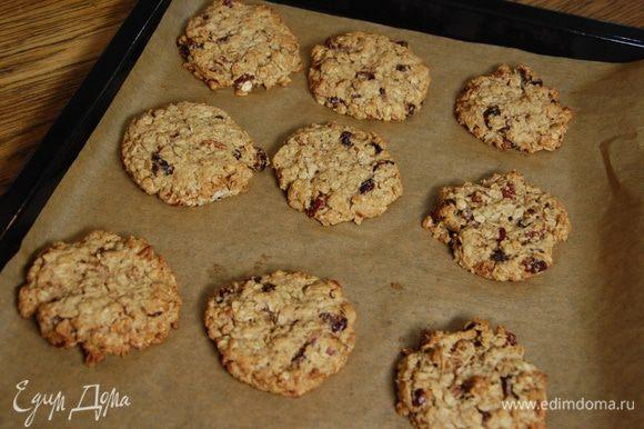 Выпекать печенье в разогретой духовке 12–15 минут.