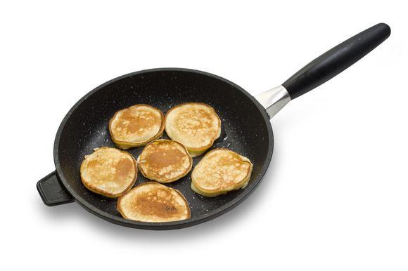 Разогретую сковороду смазать сливочным маслом и столовой ложкой выкладывать на нее тесто, так, чтобы получалось 6-8 блинчиков.