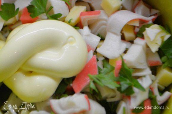 Сыр и крабовые палочки нарезать на небольшие кубики, зелень укропа (или петрушки) измельчить. Добавить ложку майонеза и перемешать.