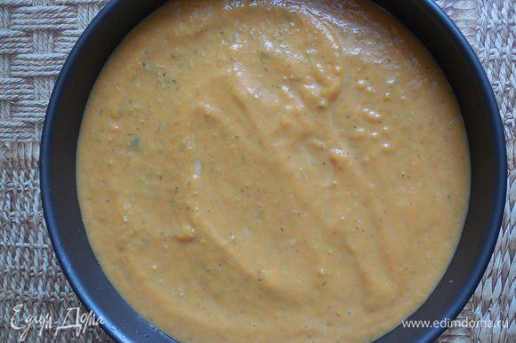 Вылить смесь в смазанную маслом форму для запекания. Можно суфле запекать сразу в порционных керамических формочках, так при подаче оно будет выглядеть более эффектно. Форму поставить в больший по объему глубокий противень и налить в него немного воды (ее должно быть примерно 1/3 от высоты формы с суфле). Выпекать при 180С 40 минут.
