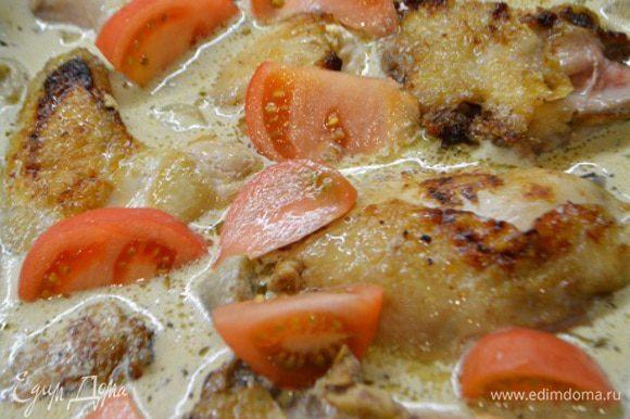 Готовый соус перелить в форму для запекания. На него выложить обжаренные куски курицы, немного притопить. Сверху уложить порезанные дольки помидор. Выпекать в духовке 30 минут при 200°С градусов.