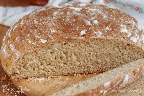 Подошедшее тесто аккуратно переверните на раскаленный противень, покрытый пергаментом. Делайте это очень аккуратно, чтобы не выпустить воздух. Отправьте противень в тест в разогретую духовку. Первые 10 минут пеките хлеб с паром, поместив на дно духовки емкость с кипятком, а затем уменьшите температуру до 200 градусов и пеките хлеб еще 35-40 минут до румяного цвета. Готовое хлеб остудите.