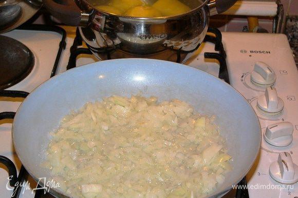 Картофель очистить и отварить. Пока варится картошка, лук очистить, мелко нарезать и обжарить на растительном масле. Нарезать петрушку.