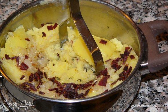Когда картофель сварится, слить воду, добавить к нему жареный лук, соль, перец и хорошо размять в пюре. Я еще добавила мелко порезанный нежирный бекон. Уж очень понравился он мне в начинке пирожков на зубочистке http://www.edimdoma.ru/retsepty/77180-pirozhok-na-zubochistke