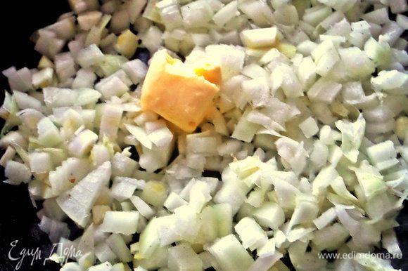 Лук и чеснок покрошить и высыпать в сковороду с кусочком масла.