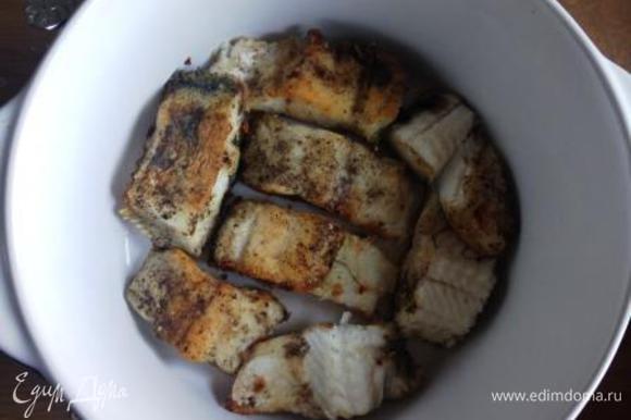 Яйцо сварить, очистить, порезать на 8 частей. Помидор обдать кипятком, снять кожицу, нарезать дольками. Форму для запекания смазать маслом, выложить 2/3 грибов, сверху всю рыбу.