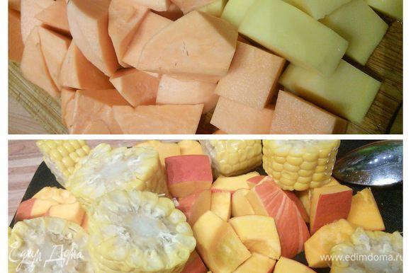 Остальные овощи нужно очистить и нарезать крупным кубиком, морковь кружочками, початки кукурузы разрезать на 4 - 6 частей (её можно использовать замороженную или консервированную или как у меня в вакуумной упаковке).