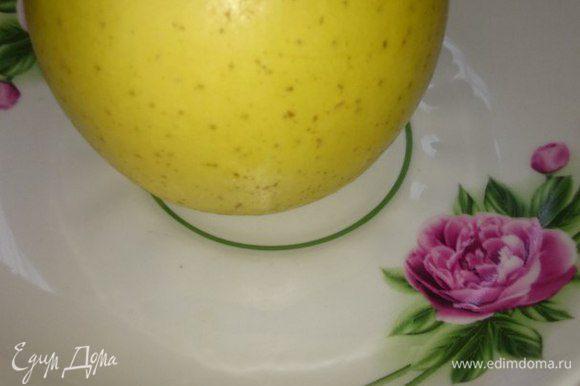 Берем 1 яблоко, срезаем кожуру и режем на 4 части.