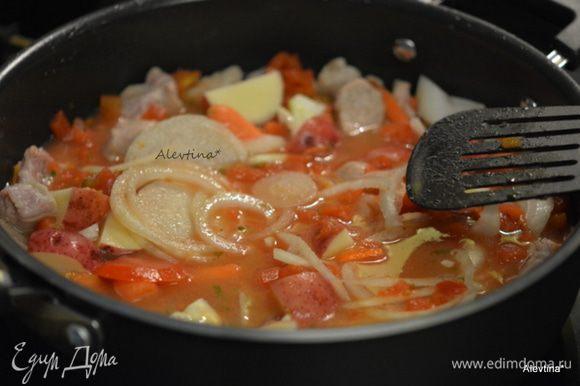 Добавить бульон, орегано и предварительно порезанные овощи, томаты баночные.
